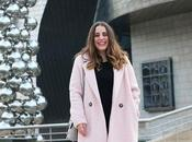 Outfit abrigo rosa zapatillas