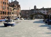 canales Venecia congelados, vénetos turistas sorprendidos fenómeno.