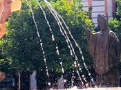 Papa Juan Pablo bendiciendo agua.