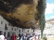 Setenil Bodegas, pueblo blanco bajo roca desafía lógica.