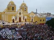 Trujillo perú: miles fieles participaron tradicional crucis arquidiocesano