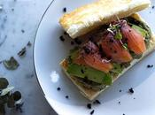 Milhojas salmón ahumado, crema aguacates aceitunas negras