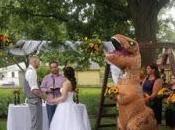 dama honor presenta boda hermana disfrazada T-Rex
