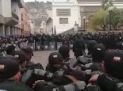 Policías Ecuador oran Dios ante fuertes protestas país