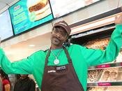 "EE.UU.: Snoop Dogg sirve famosa salchicha vegana ""beyond sausage"" Dunkin'"