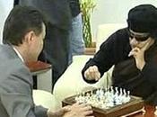 Coronel Gadafi juega ajedrez mientras Libia desangra