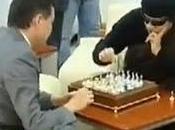 Gadafi reaparece jugando ajedrez/ Videos