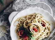 Espaguetis integrales pesto canónigos tahini
