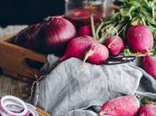 Cebollas moradas rabanitos encurtidos