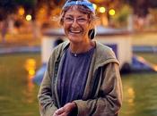 Marianelli: mujer alimenta patos Alameda bajo lluvia