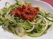 Espaguetis calabacín bacalao pesto rojo
