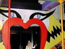 Lady Gaga inaugura taller navideño