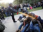 Policía norteamericana lanza pimienta contra estudiantes indignados.
