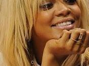 Rihanna, ahora rubia, luce diseños para Armani