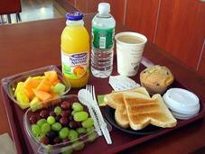 Evita desayuno inflamatorio: tostada, cereales, zumo naranja café