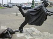 Vaartkapoen; estatua policía belga tropezando